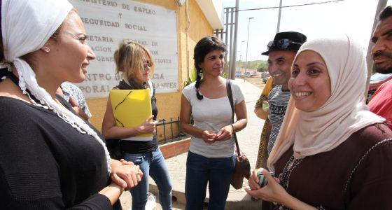 Teresa Rodríguez, líder de Podemos en Andalucía, durante una visita a Melilla, acompañada por miembros de su partido en la ciudad norteafricana.
