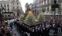 La Virgen de las Angustias, patrona de la ciudad de Granada, pasa por Puerta Real hoy durante su procesión por el centro de la ciudad.