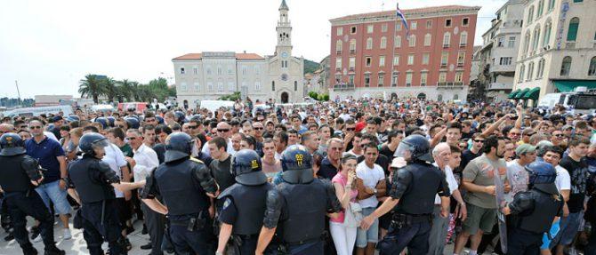 Miles de croatas protestan contra los refugiados.