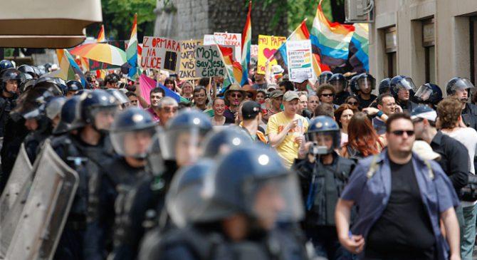Croatas muestras su oposición al desfile del Orgullo Gay.