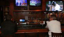 Un norteamericano sigue el debate desde la barra de un bar.