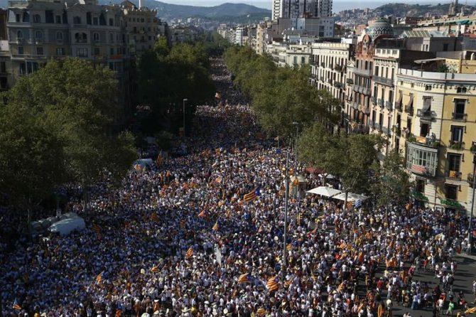 Miles de asistentes a la concentración convocada por diversas entidades con motivo de la celebración de la Diada.