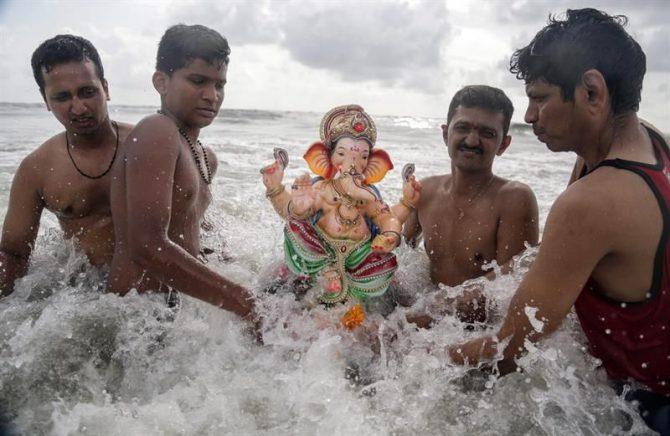Lagos, ríos y mares en el sur y oeste de la India rebosan estos días de compuestos químicos desprendidos de cientos de miles de imágenes del dios elefante, inmersas en las aguas por masas de devotos durante los días diez que duró el recién finalizado festival hindú Ganesha Chaturthi.