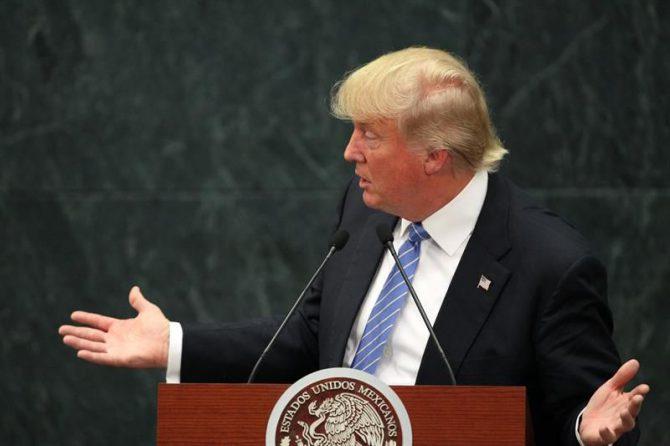 El candidato republicano a la presidencia de Estados Unidos, Donald Trump, habla junto al presidente de México, Enrique Peña Nieto (fuera de cuadro) durante una rueda de prensa en la residencia Los Pinos en Ciudad de México.