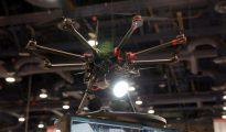 El dron de Aptonomy lleva un foco para iluminar a los intrusos y poder captar imágenes suyas en vídeo.