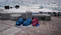 Tres personas desplazadas duermen en la vía pública tras el incendio que se declaró en el centro de Moria