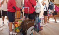 Varios niños llegan con sus mochilas al colegio en el comienzo del curso escolar.