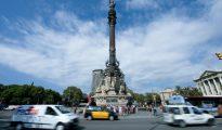 Vehículos pasan junto al monumento de Cristóbal Colón el 27 de septiembre de 2016 en Barcelona