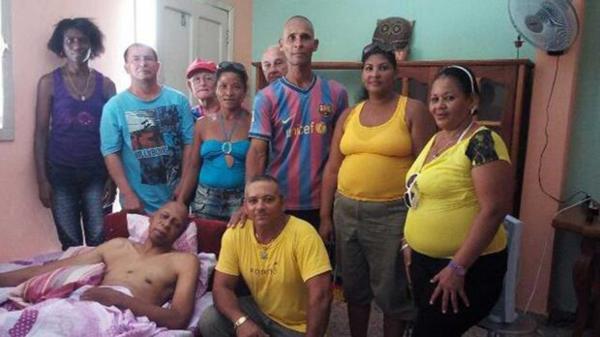 Guillermo Fariñas junto a otros disidentes cubanos, en su casa de Santa Clara (centro de Cuba)