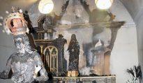 Capilla de la Dolorosa, con la imagen quemada, detrás, y delante la de la patrona de Fontellas. (Foto Diario de Navarra)