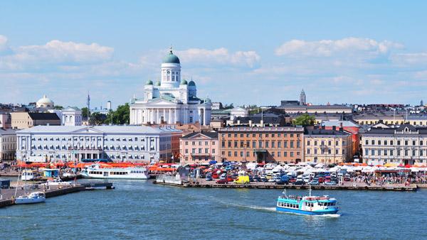 Imagen de Helsinki. Al fondo la catedral.