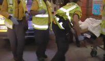 Imagen de video facilitada por Emergencias Madrid del traslado de un ecuatoriano que resultó herido grave en una reyerta en Vallecas, en 2014.