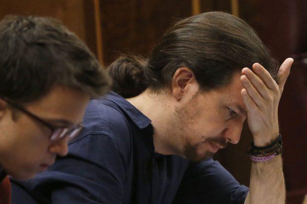 Pablo Iglesias e Iñigo Errejón en sus escaños.