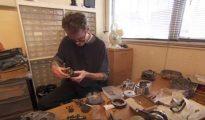nico Graham Smith con los materiales que utilizó para su auto-operación.