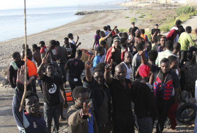 Inmigrantes tras llegar ilegalmente a España a través de Ceuta.