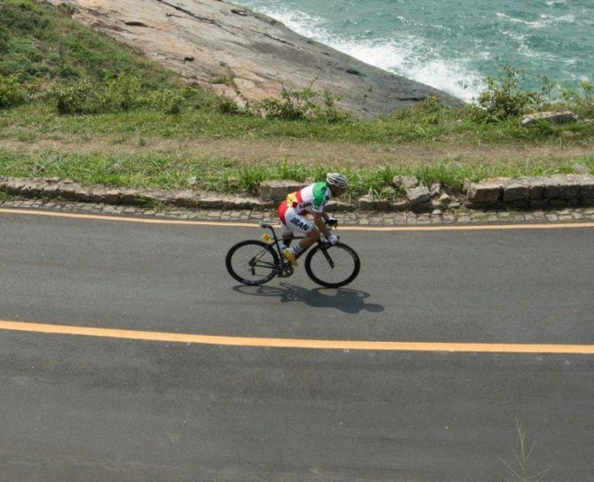 El iraní Bahman Golbarnezhad pedalea durante la prueba en que sufrió la caída mortal, el sábado 17 de septiembre en Rio de Janeiro