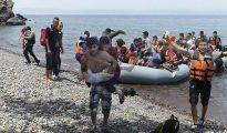 Llegada de un grupo de refugiados en lancha a la costa nororiental de la isla de Lesbos (Grecia).