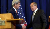 El secretario de Estado de EEUU, John Kerry (i), saluda al ministro ruso de Asuntos Exteriores, Sergei Lavrov (d), el pasado 9 de septiembre en Ginebra, Suiza.