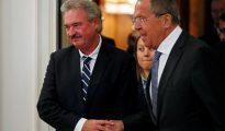 El ministro de Asuntos Exteriores de Rusia, Sergey Lavrov (d), y su hómologo luxemburgués, Jean Asselborn, caminan juntos a su llegada para una reunión en Moscú, Rusia.