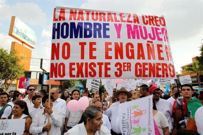 Manifestantes del Frente Nacional por la Familia participan en una marcha contra el matrimonio igualitario, este sábado 10 de agosto de 2016, en Guadalajara (México).