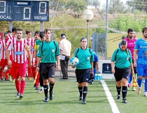 Marta Galego sale al campo el pasado domingo en el encuentro que suspendió.