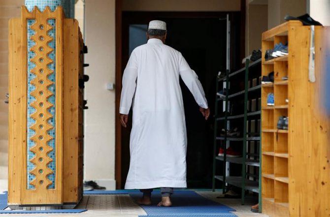 Un musulmán llega a la mezquita Yahya en Sotteville Les Rouen, cerca de la localidad Saint Etienne du Rouvray, Normandía (Francia).