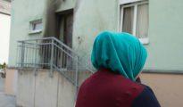 Una mujer cubierta con un pañuelo permanece frente a la entrada de la mezquita Fatih Camii en Dresde, al este de Alemania
