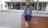 Takwa Rejeb, la joven musulmana a quien le fué denegada la entrada al instituto Benlliure de Valencia por llevar hiyab, hoy en la puerta del centro.