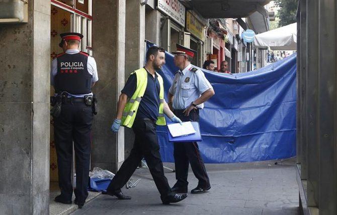 Los agentes judiciales investigan la muerte de dos personas por heridas de arma blanca en el interior de piso de Santa Coloma de Gramenet (Barcelona), tras recibir los Mossos d'Esquadra un aviso alertándoles de que se estaba produciendo una pelea en la vivienda.