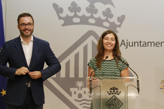 La concejala Neus Truyol junto al alcalde de Palma José Hila.