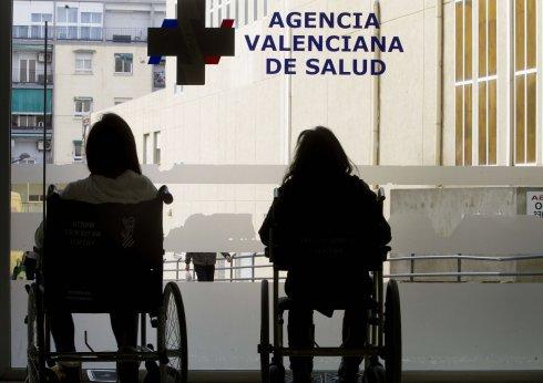 Una paciente, en la sala de espera de un hospital.