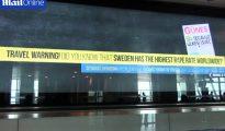 """El mes pasado, un panel electrónico del aeropuerto Ataturk de Estambul decía: """"¡Alerta de viaje! ¿Sabe que Suecia tiene la mayor tasa de violaciones del mundo?"""". Fue colocado en represalia por un tuit crítico de la ministra sueca de Exteriores, Margot Wallström, que decía: """"La decisión turca de permitir las relaciones sexuales con menores de 15 años ha de ser revocada. Los niños necesitan más protección, no menos, contra la violencia y el abuso sexuales"""". (Imagen tomada de un vídeo de Reuters)."""