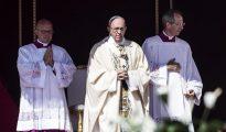 El Papa Francisco (c) se dirige a los congregados en la misa de canonización de la madre Teresa en la Plaza de San Pedro del Vaticano.