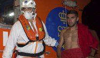 Uno de los inmigrantes magrebíes rescatados esta madrugada, a su llegada a bordo de una embarcación de Salvamento Marítimo al puerto de Motril (Granada).