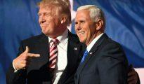 El aspirante republicano a la Casa Blanca, Donald Trump (I), y su candidato a vicepresidente, Mike Pence, tras un acto en Cleveland, Ohio, el 20 de julio de 2016