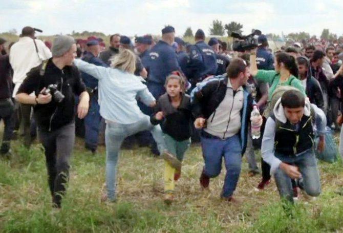 Captura de pantalla de un vídeo que muestra a la periodista húngara Petra Laszlo (de azul) haciendo una zancadilla a una niña en unos enfrentamientos en Röszke, en el sur de Hungría, el 9 de septiembre de 2015