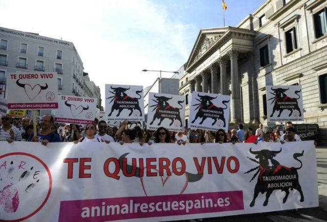 Miles de perroflautas se manifiestan contra las corridas de toros el 10 de septiembre de 2016 delante del Congreso de los Diputados, en Madrid