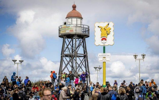 Jugadores de Pokémon Go en la playa de Kijduin el 10 de agosto de 2016 en Holanda