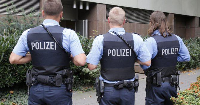 Tres policías alemanes frente al edificio donde se produjeron los hechos.