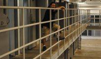 Fotografía del viernes 23 de septiembre 2016 del empresario Geronimos Dimitrelos posando junto a celdas en el antiguo correccional del condado de Indian River (Florida)