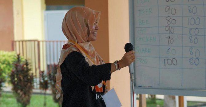Imagen de una profesora musulmana en un centro escolar europeo.