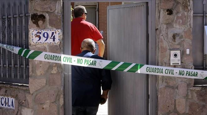 Miembros del equipo de investigacion de la Guardia Civil entran en el chalet donde se encontraban los cuerpos.
