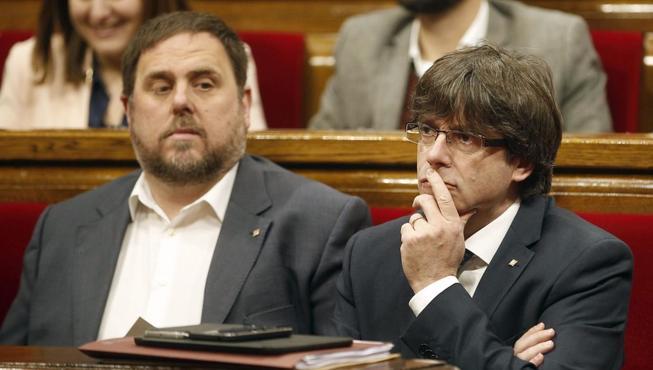 Puigdemont (d) y Oriol Junqueras