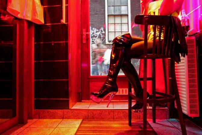 Una prostituta espera por clientes en el barrio rojo en Ámsterdam, el 8 de diciembre de 2008