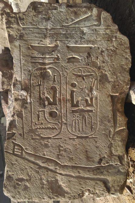 Fotografía facilitada por el Ministerio de Antigüedades egipcio de uno de los fragmentos de estatuas que arqueólogos egipcios y alemanes han descubierto y que pueden apuntar a la existencia de un templo del faraón Ramses II en la zona de Heliopolis, actualmente ubicada en un barrio populoso de El Cairo.