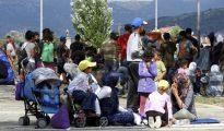 Cientos de refugiados alojados en el campamento de la localidad griega de Kátsikas (norte del país) han dejado ese lugar y se han asentado en el parque del pueblo más cercano como protesta por el retraso de su traslado a instalaciones adecuadas.