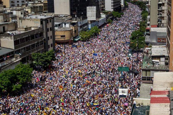 """Miles de personas participan el 1 de septiembre de 2016, en una manifestación denominada """"Toma de Caracas"""", una marcha convocada hace semanas por la alianza de partidos Mesa de la Unidad Democrática (MUD) para presionar al Poder Electoral por la agenda del referendo, que impulsa la oposición, para revocar al presidente venezolano Nicolás Maduro, en la ciudad de Caracas (Venezuela)."""