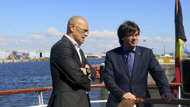 Raül Romeva (izquierda) junto a Carles Puigdemont (derecha) en Gante