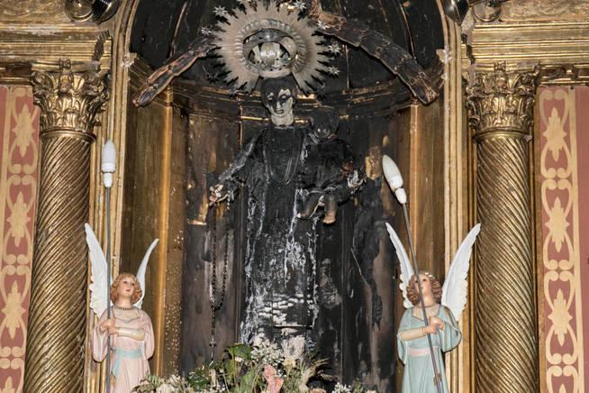 La Virgen del Rosario, totalmente calcinada, en el altar mayor de la iglesia de Fontellas.