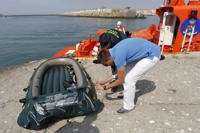 Una de la embarcaciones donde venían varias personas rescatadas por Salvamento Marítimo cuando intentaban cruzar el Estrecho, este martes en Tarifa.